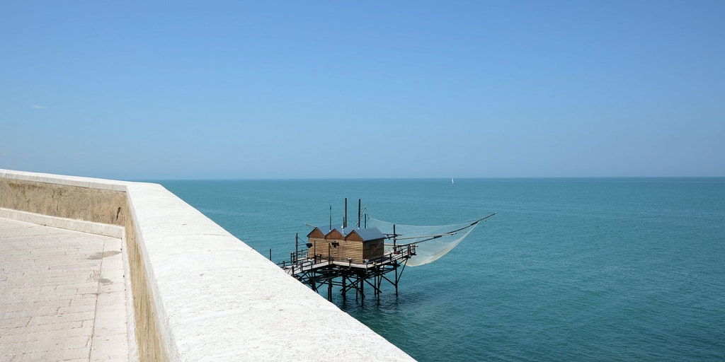 Vue sur la mer du chemin proche de la Locanda