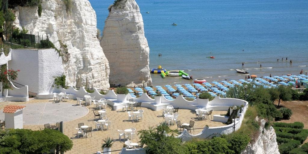 Stor gemensam terrass med utsikt till kalkmonoliten Pizzomunno och Medelhavet
