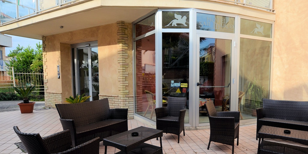La petite terrasse commune devant l'hôtel