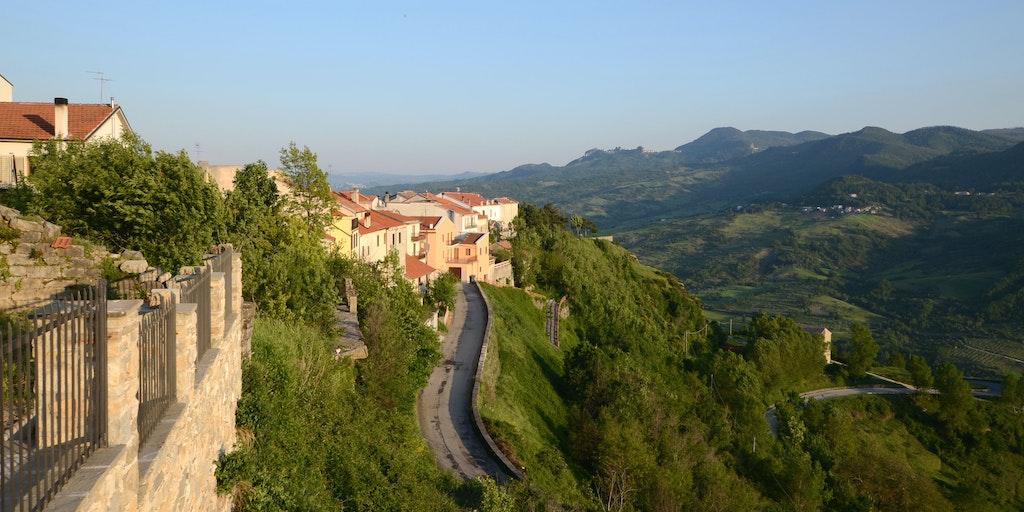 Kig over kirkeklokkebyen Agnone i Molise