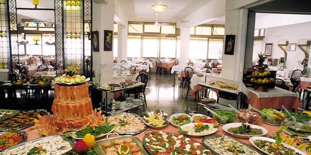 <p>Le buffet met l'accent sur les fruits de mer et est très appétissant.</p>
