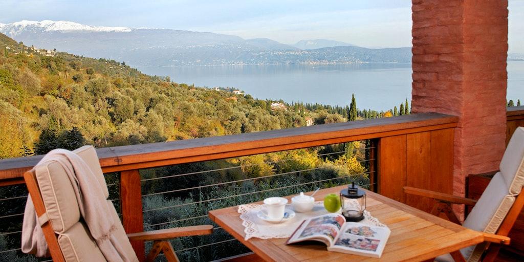 Hver er værelserne 1, 2, 3 & 4 har en terrasse med søudsigt som denne