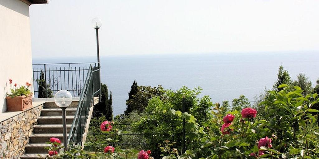 Les escaliers pour accéder aux chambres avec vue sur la mer.
