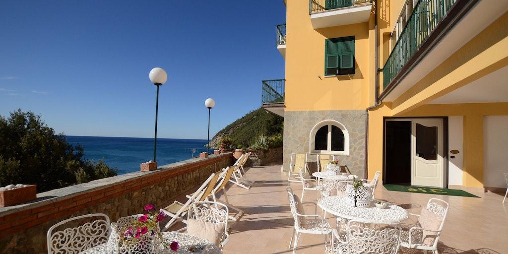 Gemensam terrass vid entrén till hotellet