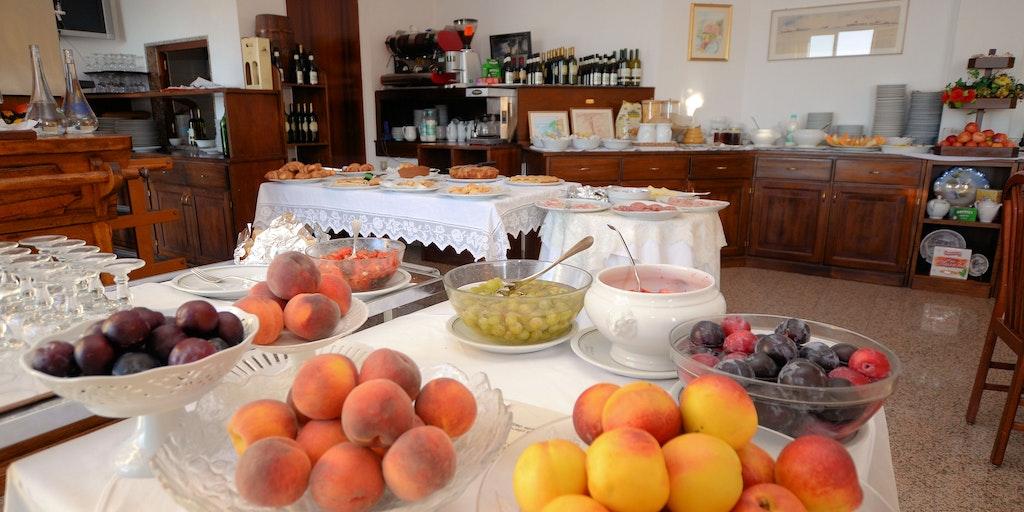 Frokostbuffet med frukt, hjemmebakst m.m