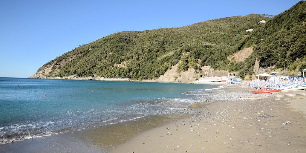 Stranden nedenfor hotellet (ca. 90 trinn)