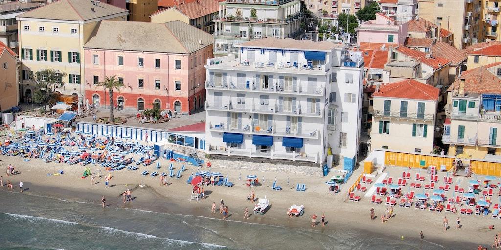 Hotel Milano (vita byggnaden) ligger helt ut till strandkanten