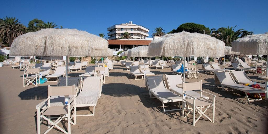 Circeo Park Hotel ligger i midten mellem parasollerne