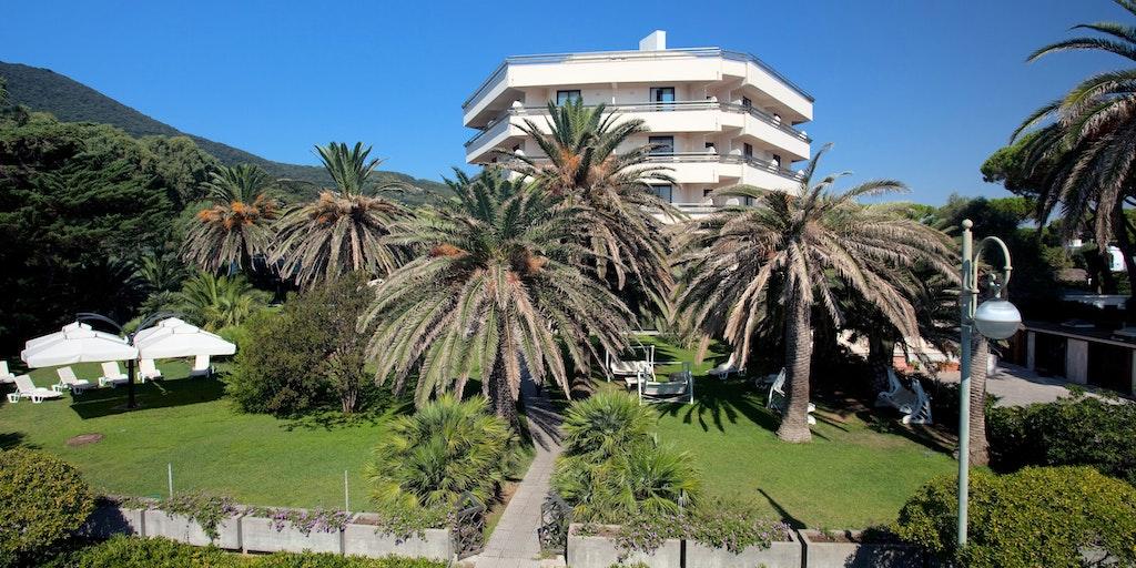 Hotellet ligger midt i en palmehave