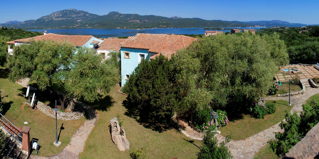 Residence Stella di Gallura med havet bakom