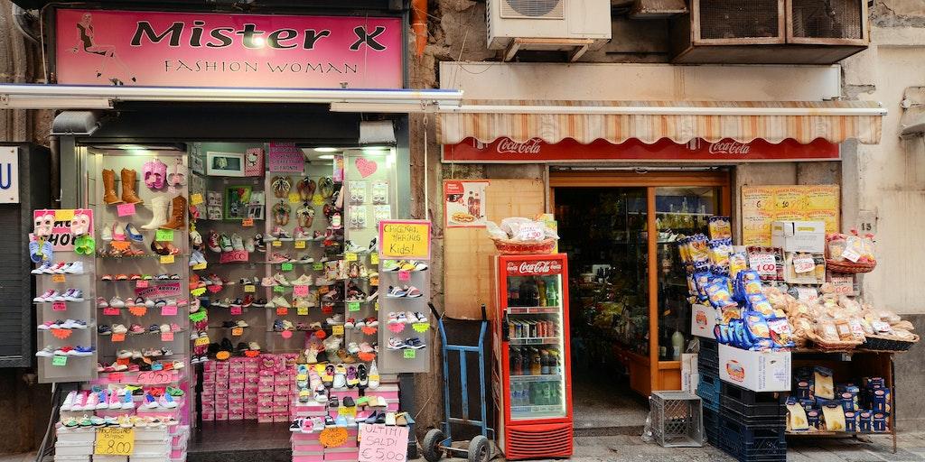 Stemningsbillede fra en tilfældig gade i Napoli