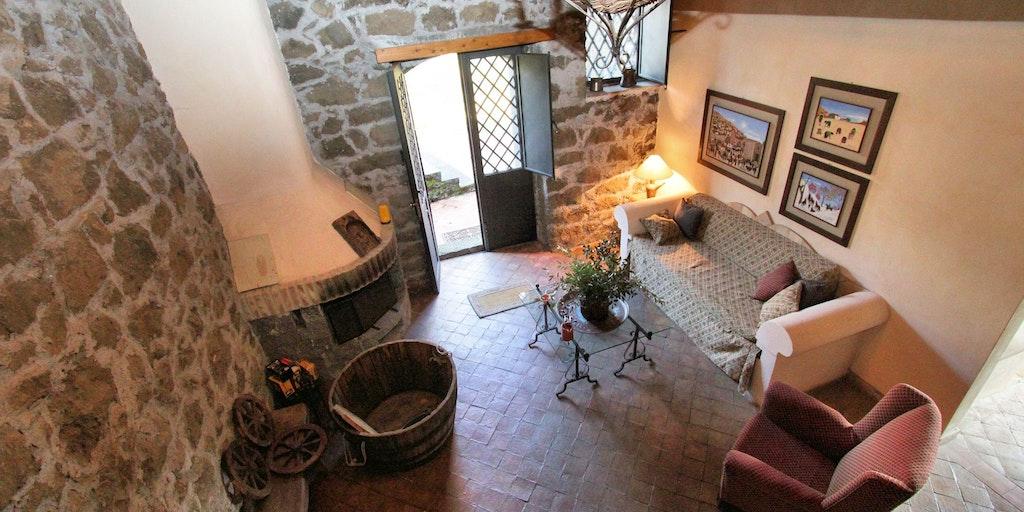 Le petit séjour avec cheminée et mezzanine