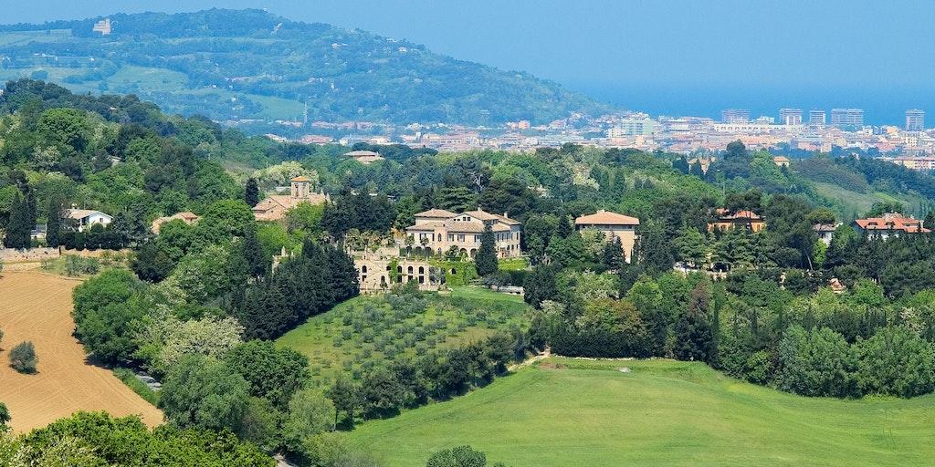 Villa Cattani Stuart à Pesaro et la côte en arrière-plan