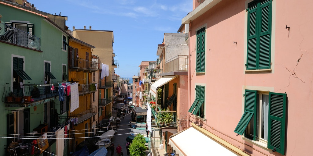 The main street Via Discovolo in Manarola