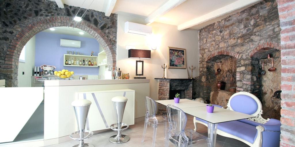 Barbereich mit schöner Steinmauer und Gewölbe