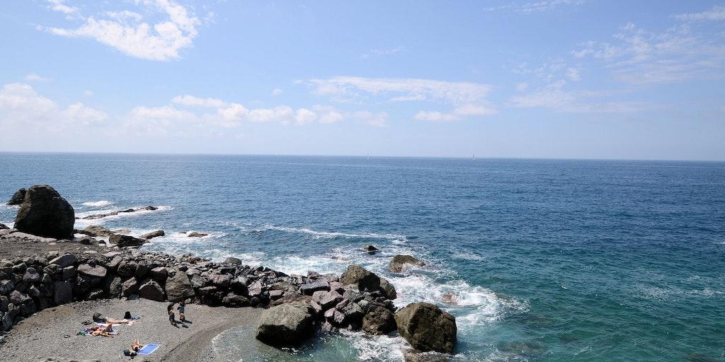 Den lille strand nede foran
