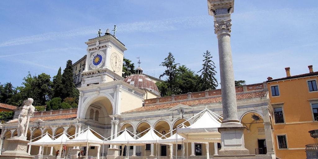 Piazza della Libertà, Loggia di San Giovanni og Torre dell'Orologio