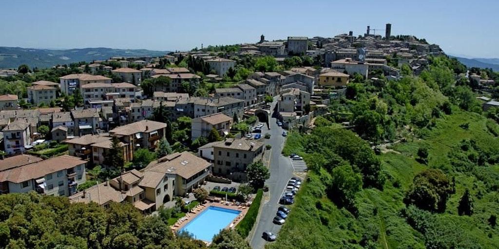 Albergo Villa Nencini with the center of Volterra in the background