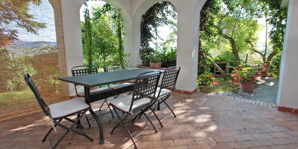 Die große Zimmer-Terrasse der Villa