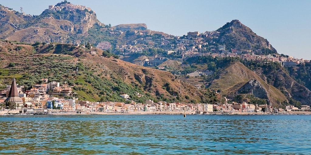 Giardini di Naxos med Taormina og Castelmola i baggrunden