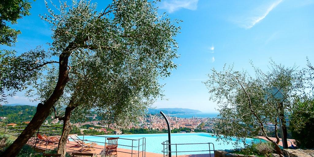 Pool mit Aussicht auf La Spezia und die Bucht
