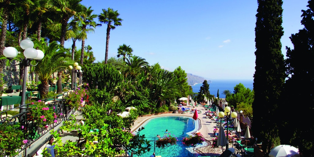 The pool is located at the side lying Hotel Ariston