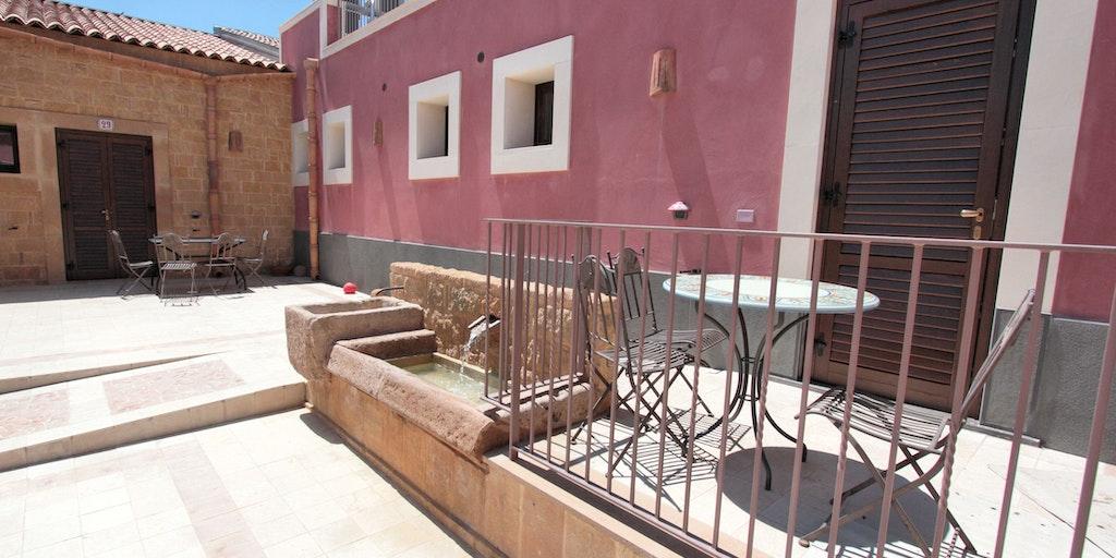Egen terrass vid ingången till lägenheten