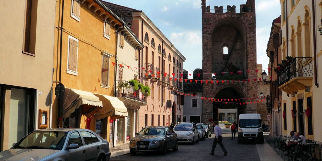 The little 'pedestrian area' Soave - a glimpse of Porta Verona