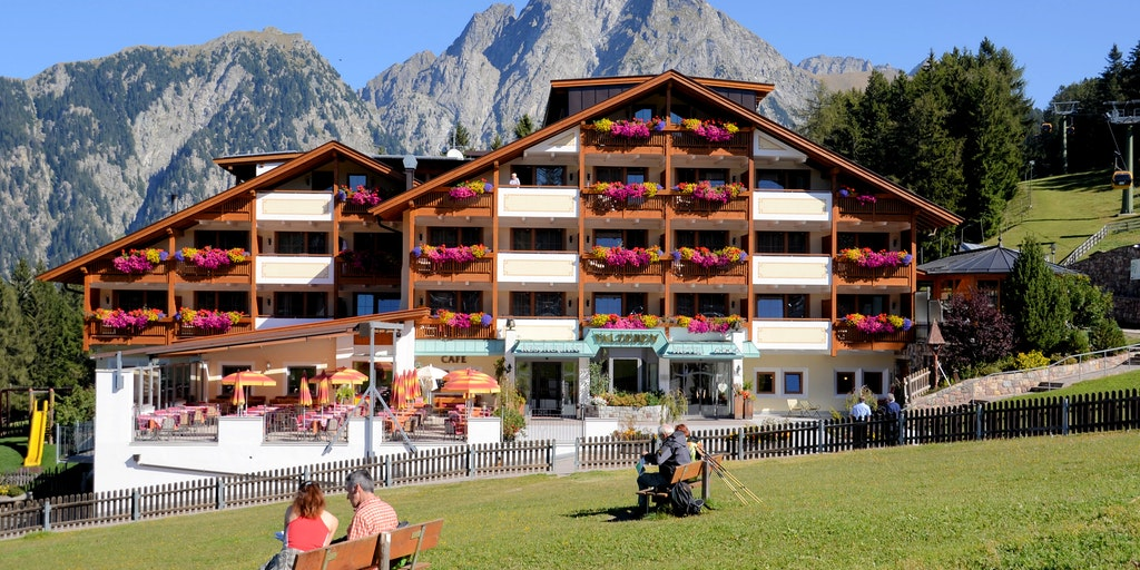 Tyroleridyl med farverige blomster i altankasserne